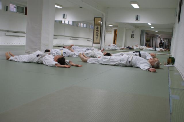 Tøyeøvelser under aikidooppvarming
